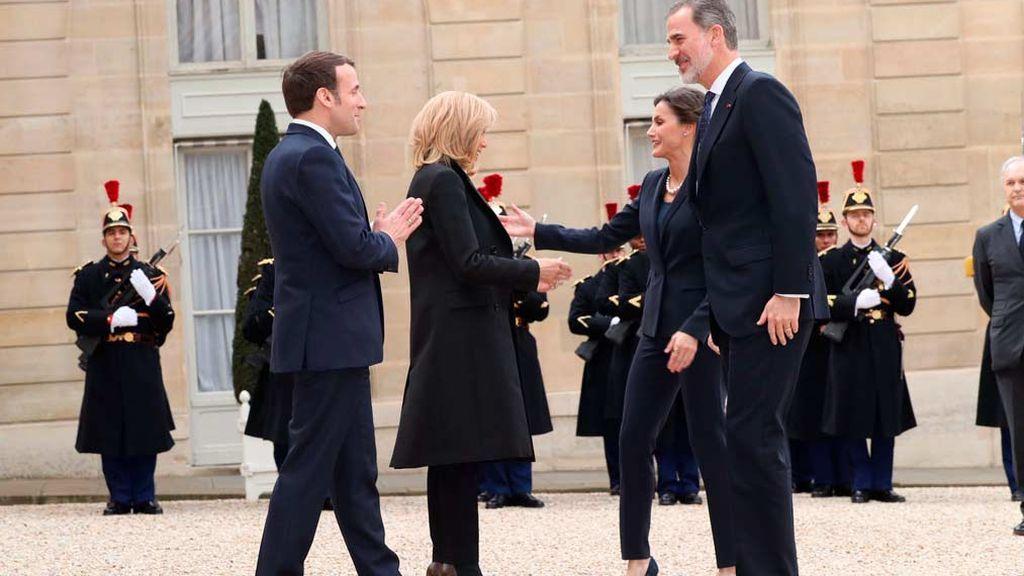 """El saludo """"namasté"""" de Macron a los reyes Felipe y Letizia por el coronavirus"""