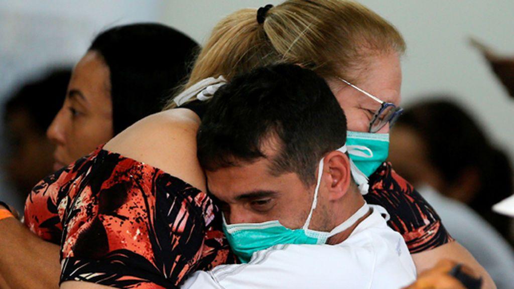 Una familia se abraza en un hospital de Brasilia, en Brasil, el país con más casos de coronavirus