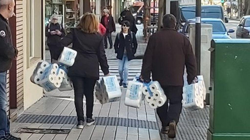 gente con papel higiénico