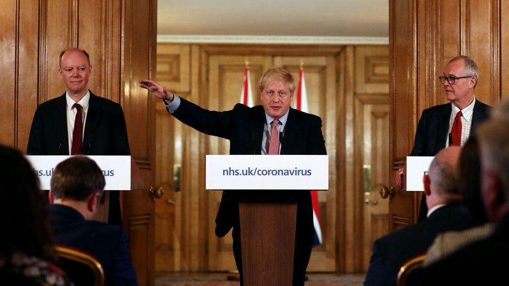 """Boris Johnson se resiste a cerrar colegios y asegura """"basarse en la ciencia"""""""