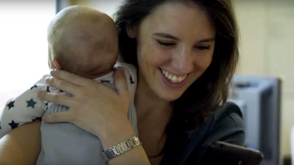 Irene Montero, con su hija Aitana en brazos