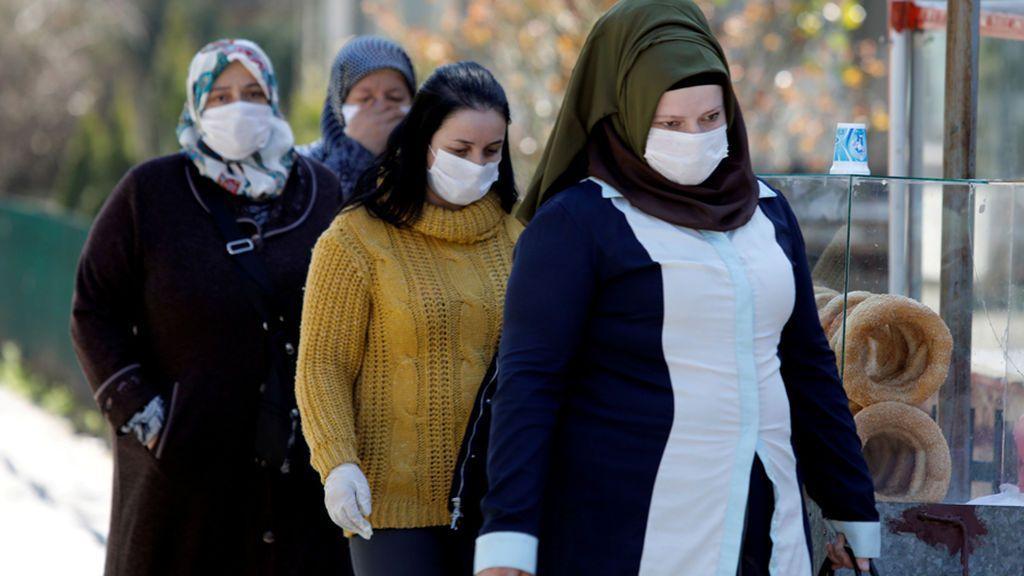 Un grupo de mujeres con Mascarilla en el hospital estatal de Skopje, Macedonia