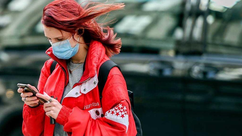 Mujer en Londres cubierta con mascarilla
