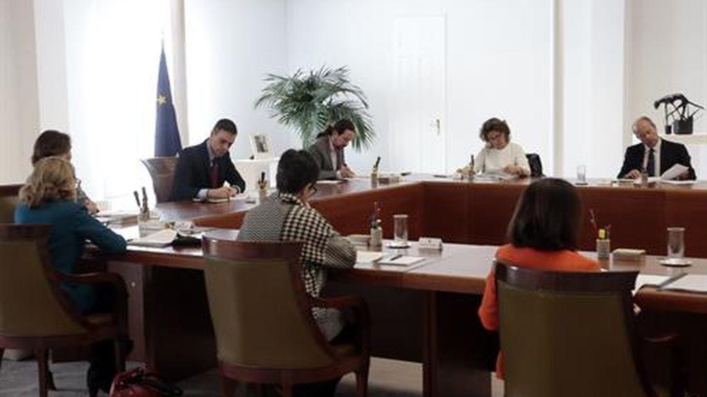 Los ministros guardan la distancia durante la reunión extraordinaria de 'estado de alerta'