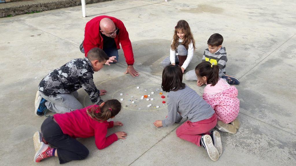 Juegos de antes para enseñar a tu hijos: canicas, chapas…