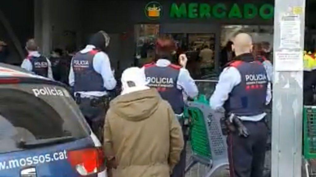 Los Mossos d'Equadra gestionan las colas de un súper entre la desesperación de sus clientes en Barcelona