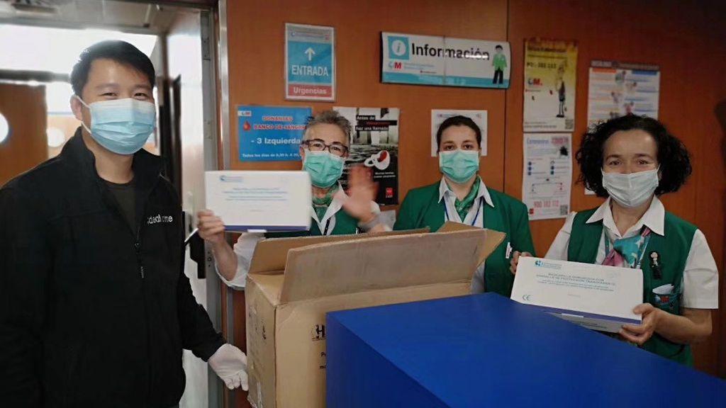 Ciudadanos chinos regalan mascarillas y gel desinfectante a policías, bomberos y hospitales