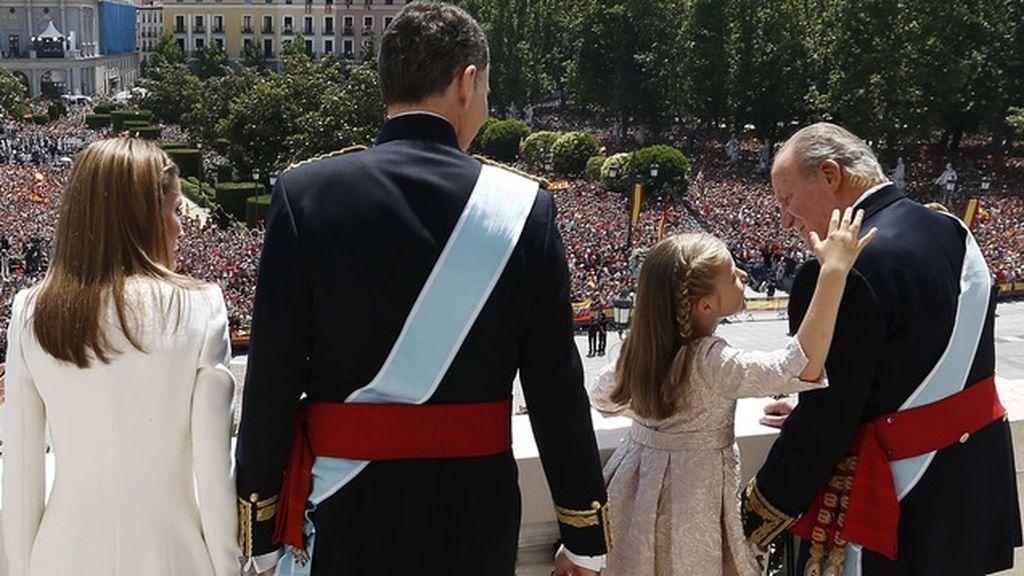 La familia real saluda a la ciudadanía el día de la proclamación de Felipe VI