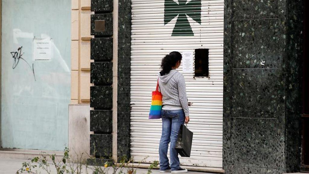 Una mujer compra en una farmacia de Granada