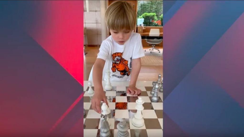 El hijo de Piqué se divierte jugando al ajedrez con su padre