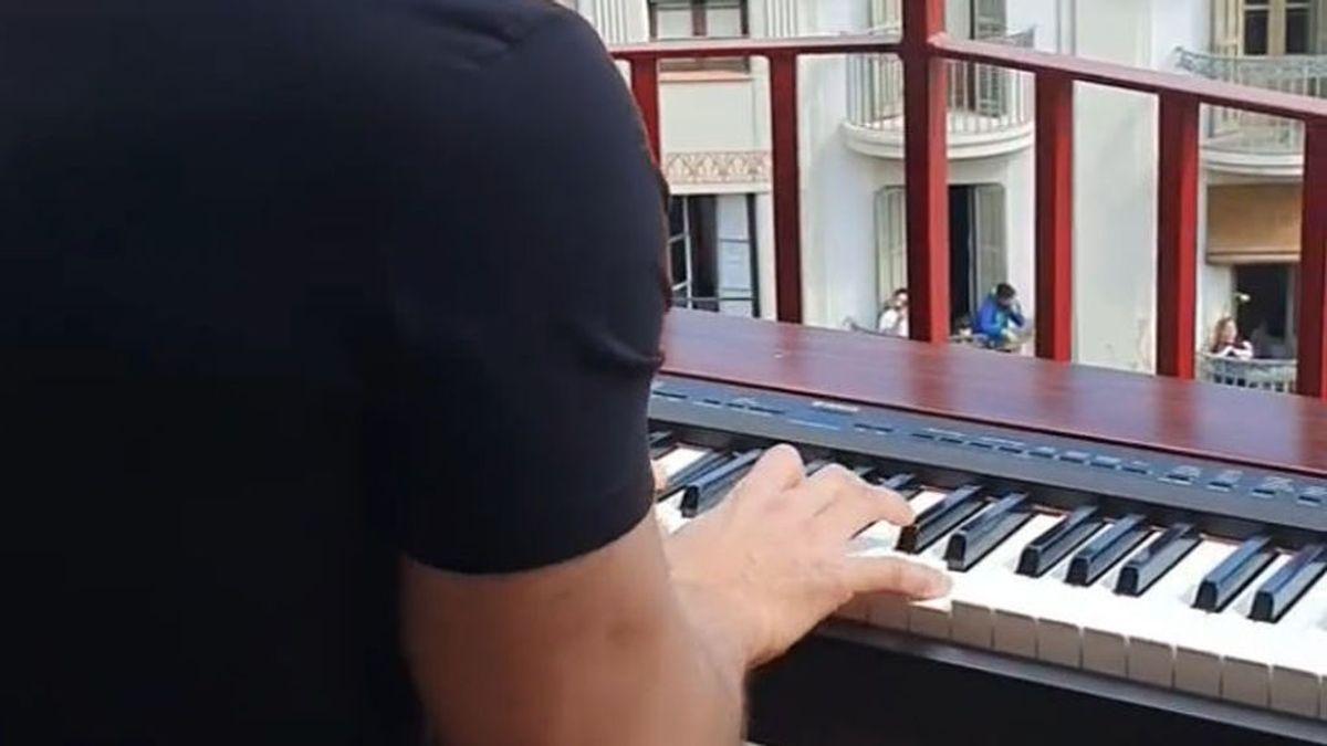 Dos balcones de Barcelona tocan juntos 'My  heart will go on' para emocionar a todos sus vecinos