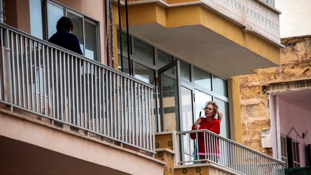 Dos vecinas conversan en una localidad de Mallorca durante el aislamiento