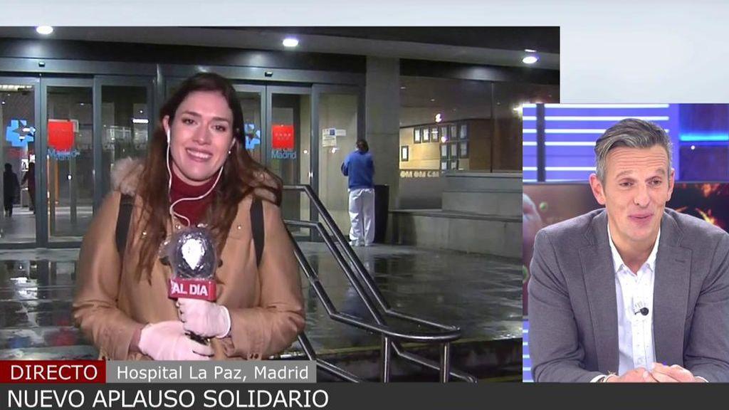 Una reportera de 'Cuatro al día' se emociona junto con Joaquín Prat en el aplauso a los sanitarios