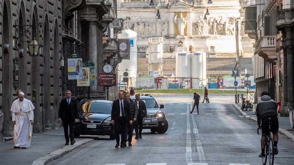 El Papa pasea solo por una Roma vacía