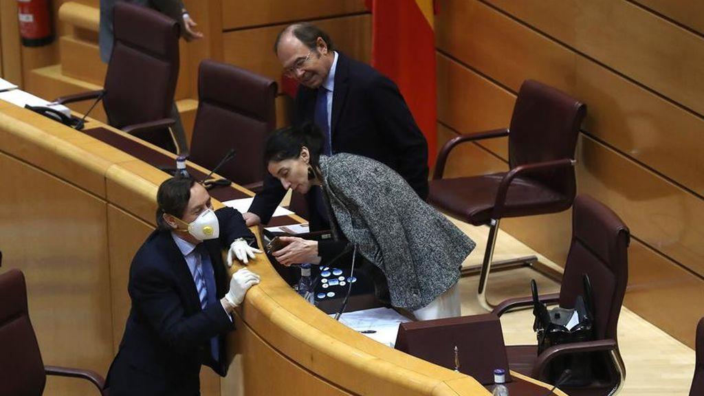 Hernando con mascarilla consulta con la presidenta del Senado