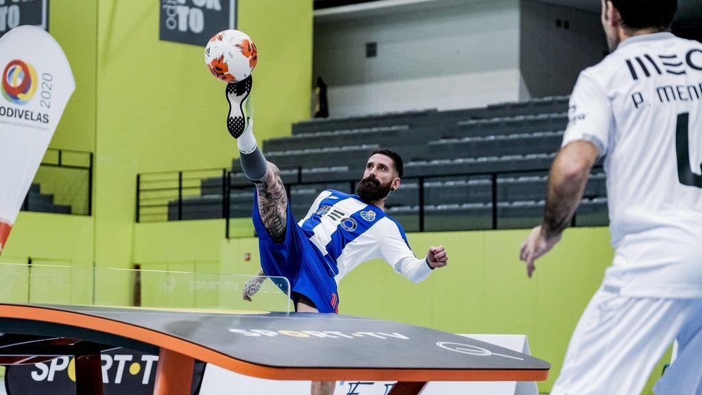 jugador de Teqball golpeando el balón