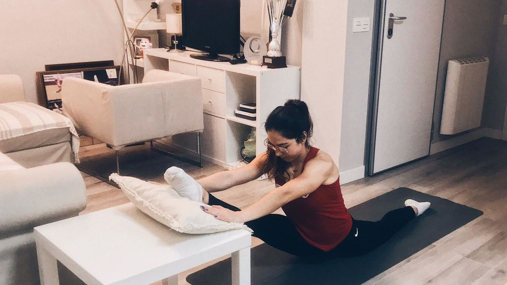 La gimnasta valenciana, Belén Esterlich, entrena en el salón de su casa