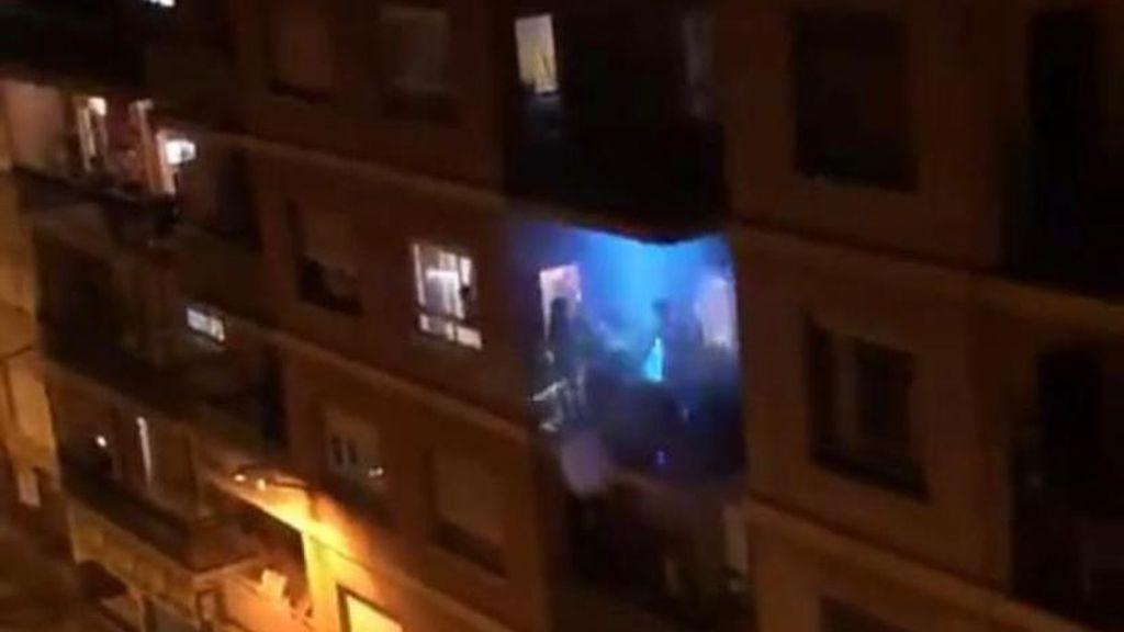Música disco, láser y cañón de humo: un dj anima desde su balcón las tardes de aislamiento en Oliva