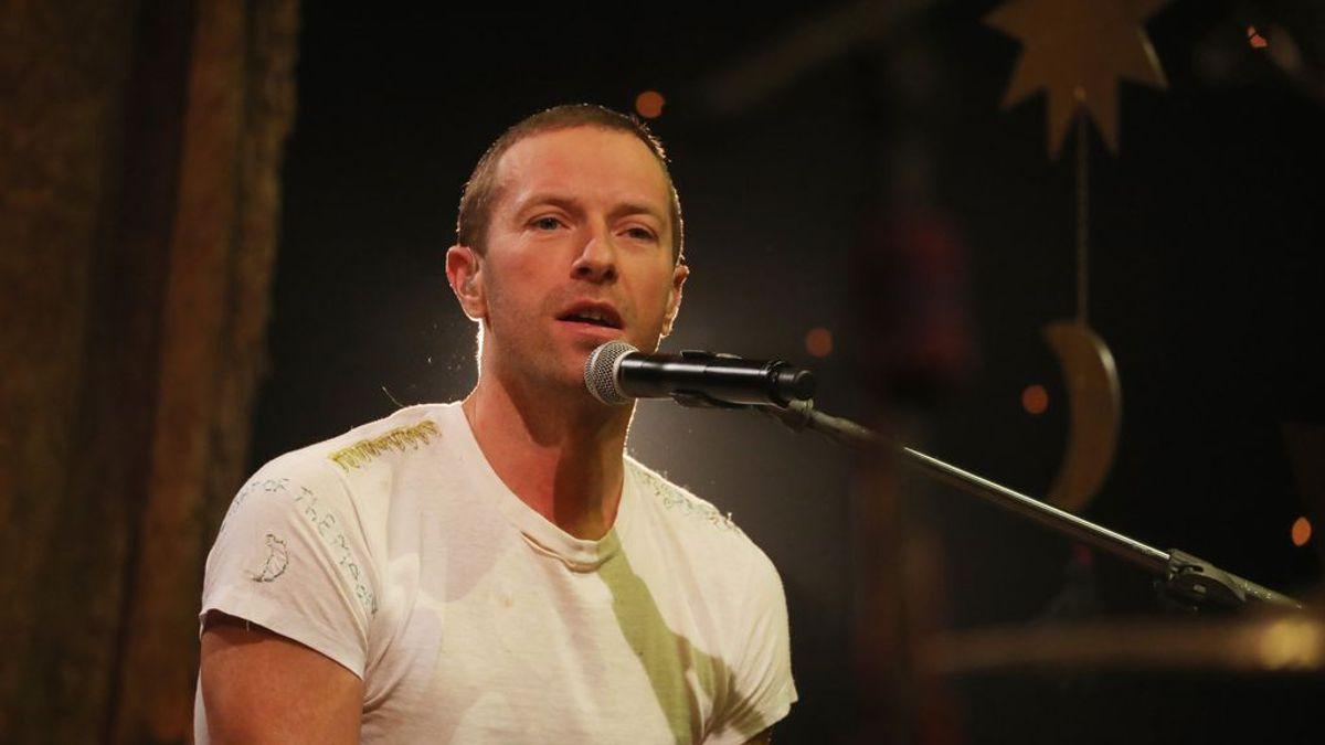 Chris Martin toca las canciones de Coldplay desde su casa para animar la cuarentena