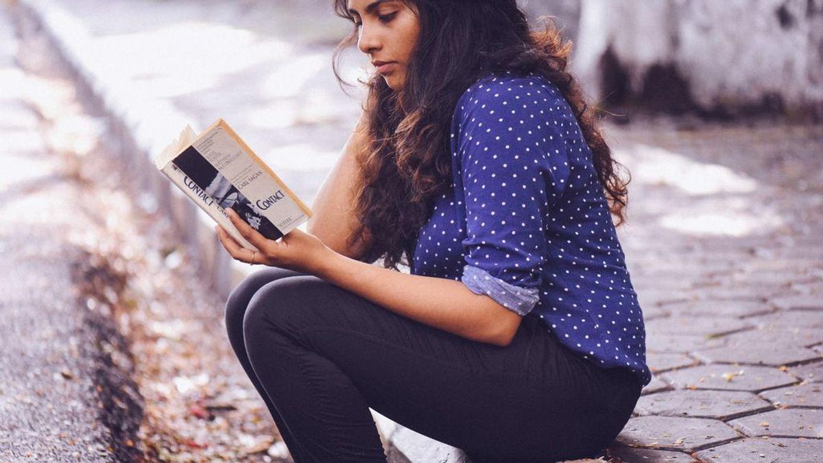 Una chica leyendo