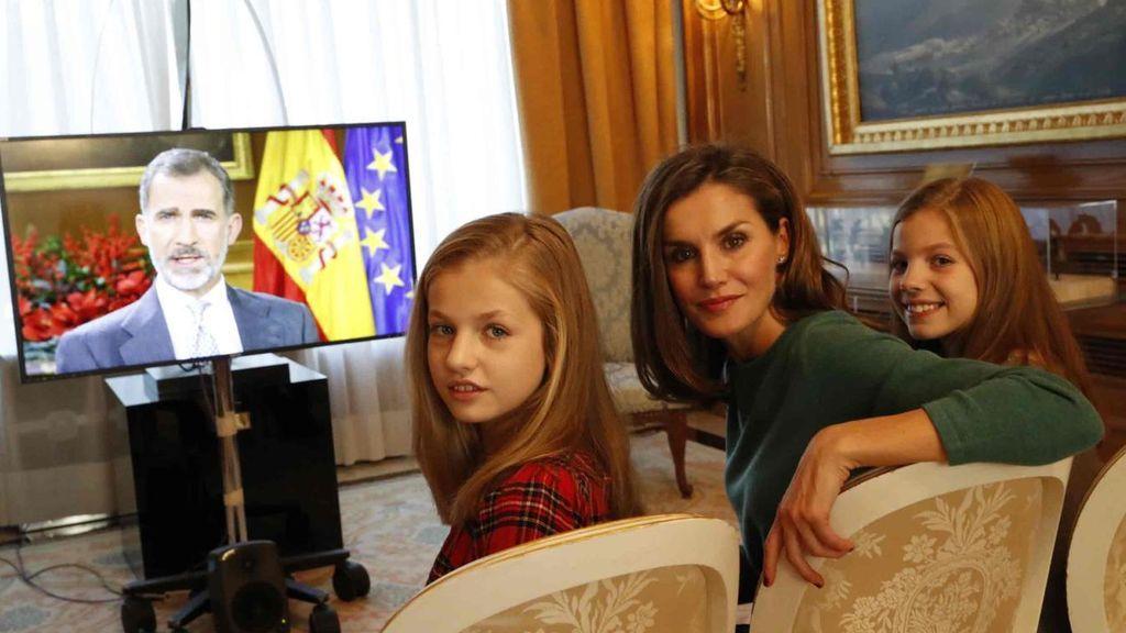 Letizia y sus hijas, en uno de los salones