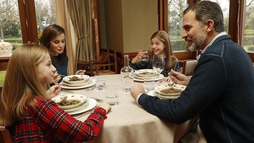 Felipe, Letizia, Leonor y Sofia, durante un almuerzo