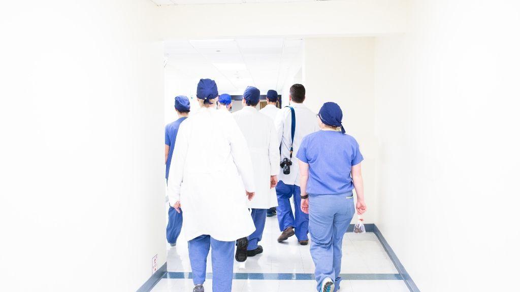 Grupo de médicos trabajando en un hospital