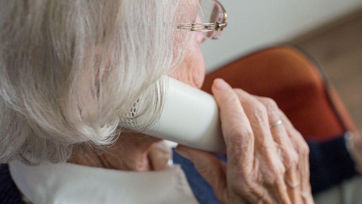 Anciana hablando por teléfono