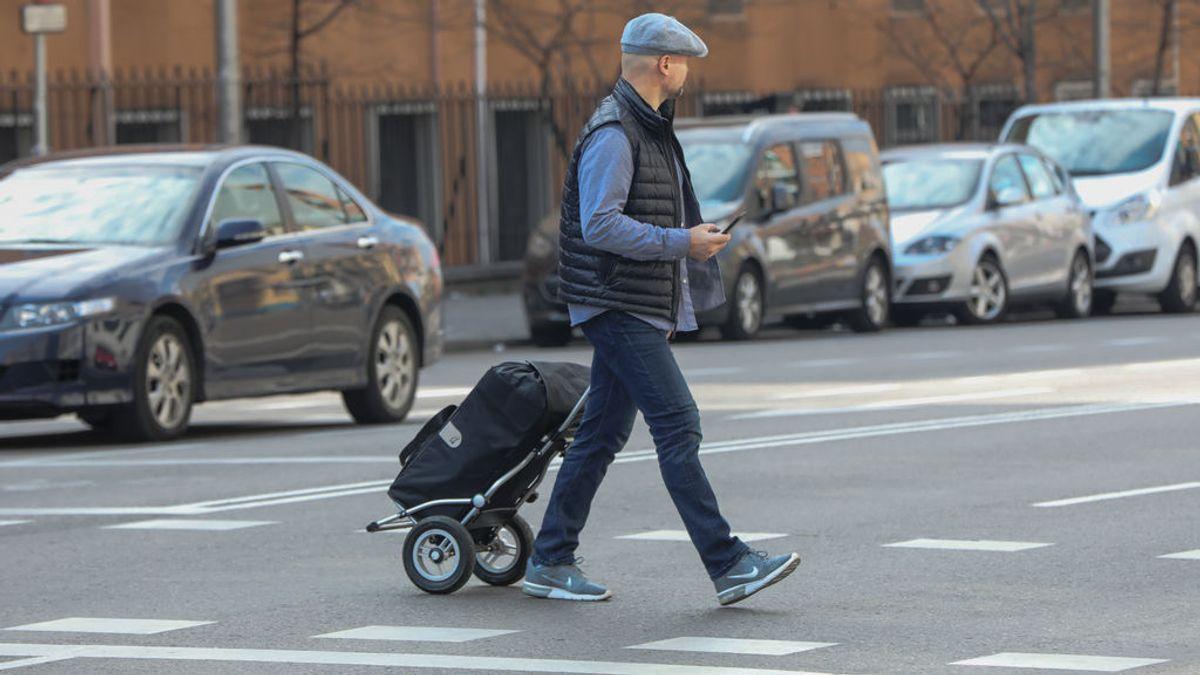 El plano de unos padres octogenarios a su hijo para que vaya a hacerles la compra en el menor tiempo posible
