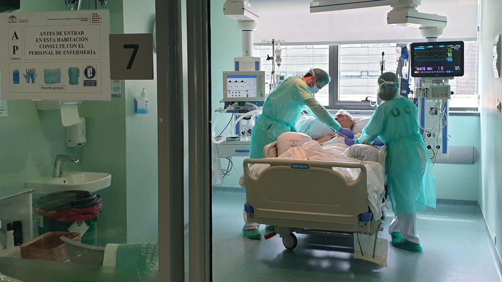 La falta de medios y la agresividad del COVID-19 obliga a los médicos de las UCI a decidir quién vive y quién muere