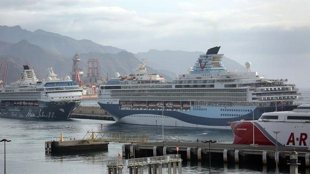Una decena de cruceros esperan vacíos en Santa Cruz de Tenerife a que pase la pandemia