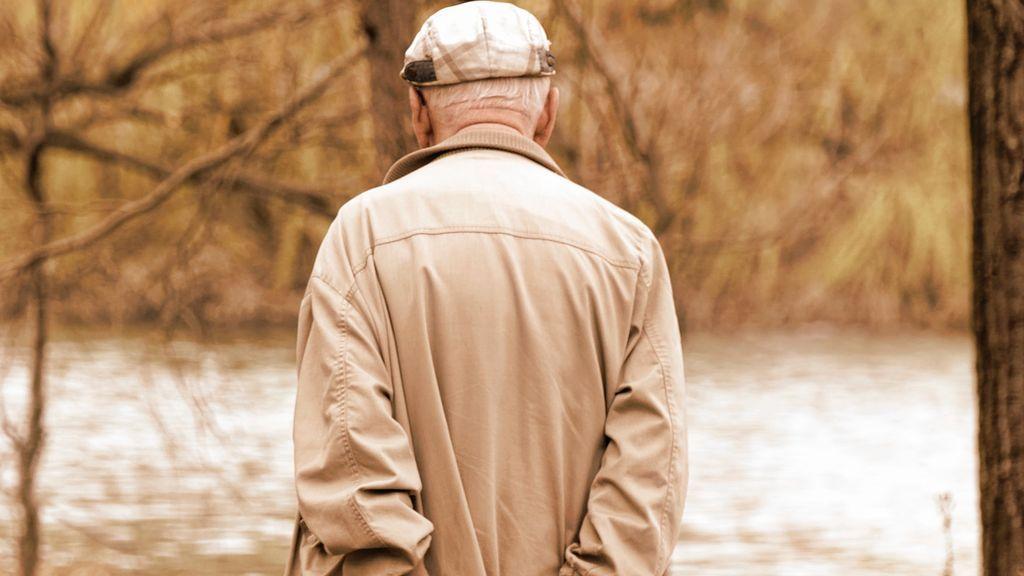 ¿A qué edad comenzamos a encorvarnos? Tres posturas que te harán evitarlo