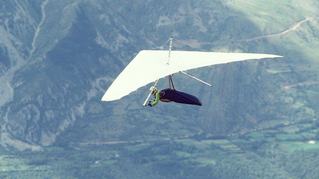 Un experto hace ala delta.