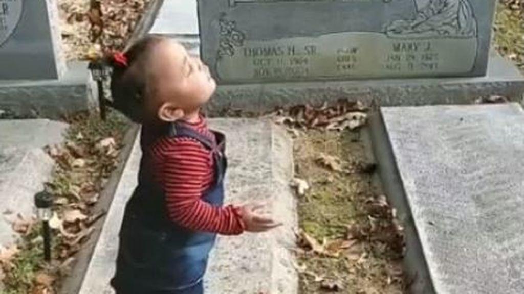 El video de un bebé 'saludando' a un fantasma que se ha vuelto viral