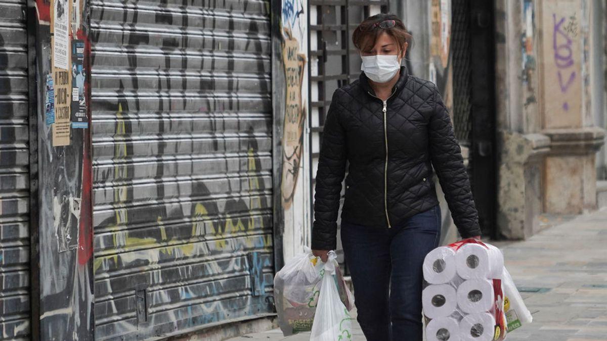 Abrigos para ir a la compra: medidas a hacer una vez en casa para desinfectarlos