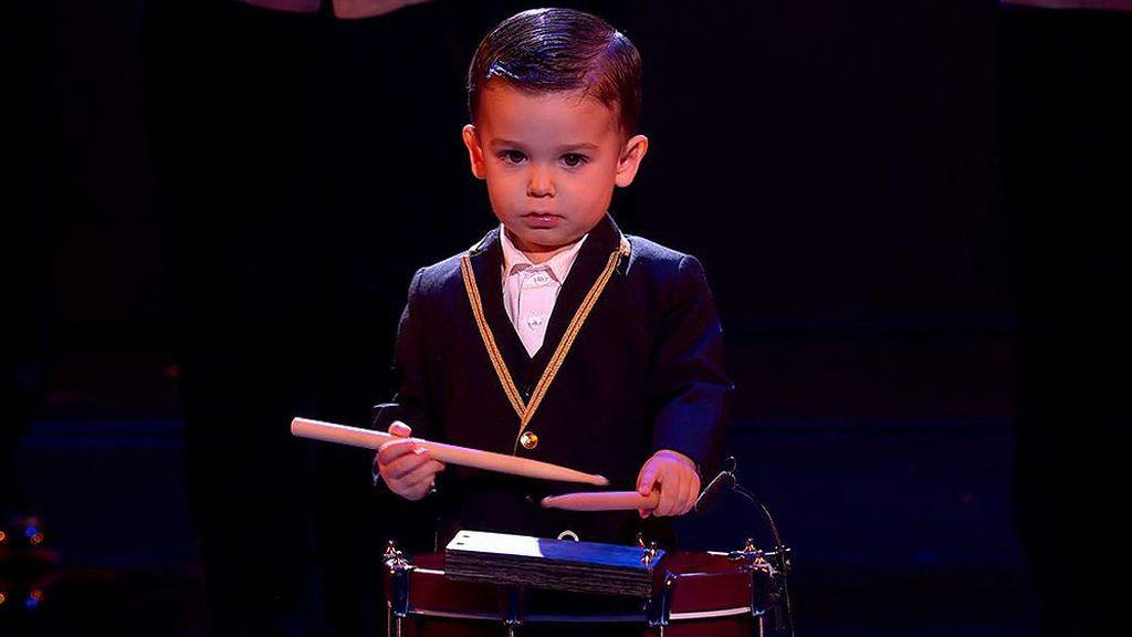 Hugo, ganador de 'Got Talent', apoya a los sanitarios tocando el tambor desde su balcón