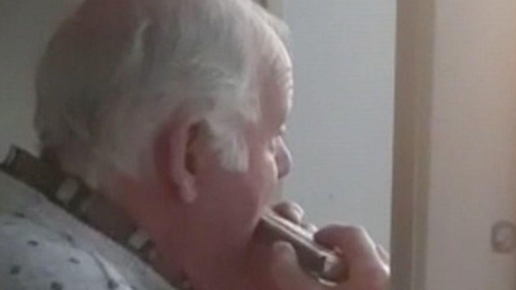 La historia de Hermann, el octogenario con alzhéimer que toca la armónica y cree que los aplausos de los balcones son para él