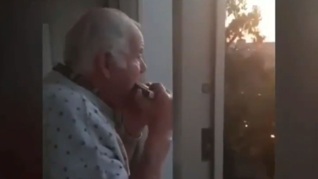 Hermann, el anciano de Vigo que cree que los aplausos por los sanitarios van por él y su armónica
