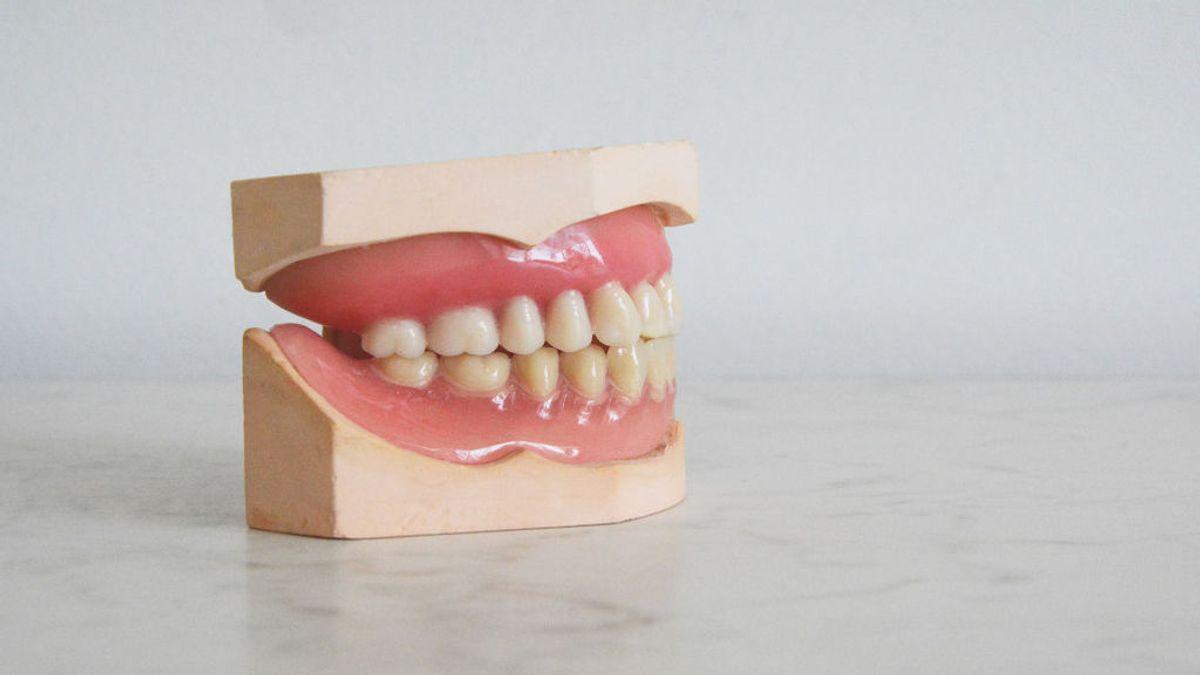 Dentaduras postizas, ¿es mejor el pegamento o las almohadillas adhesivas?