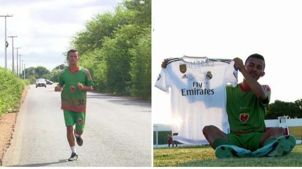 Gleisson posa junto al regalo de Casemiro, una camiseta firmada