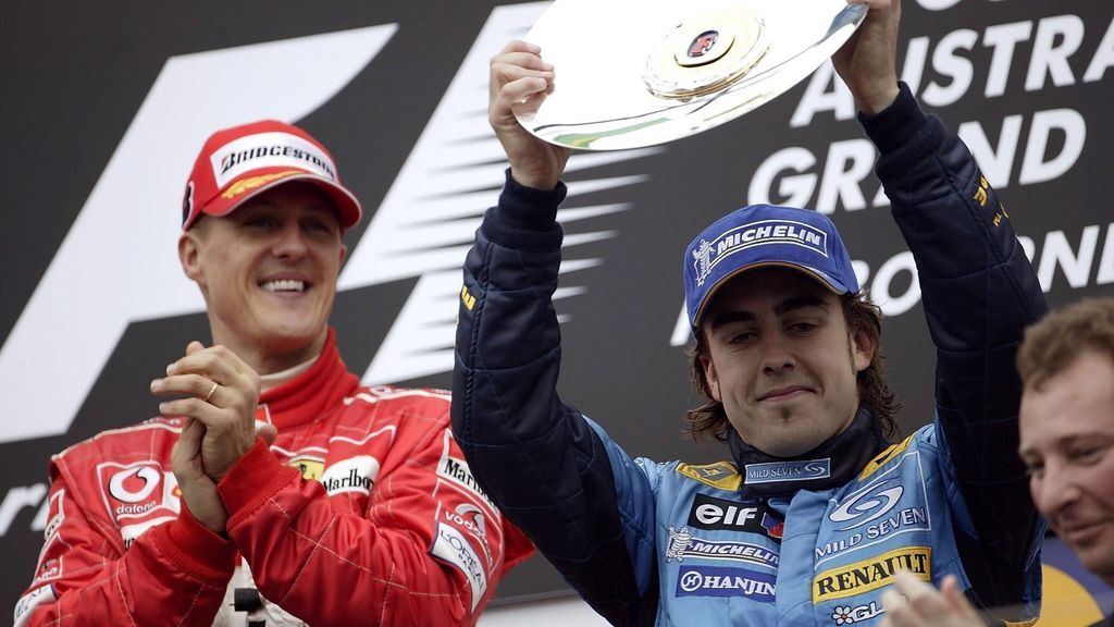 Alonso celebra una victoria ante Schumacher.