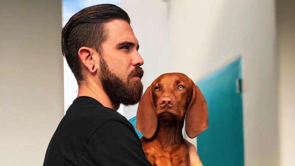 Un chico con su perro