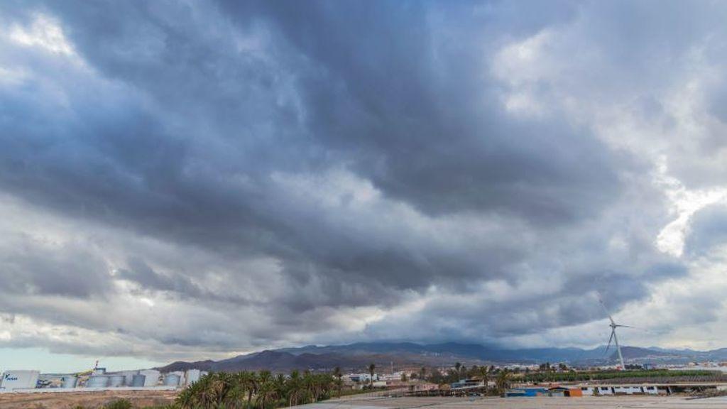 Aviso por lluvias torrenciales y viento de 80 km/h: el Levante y Canarias se preparan para el temporal