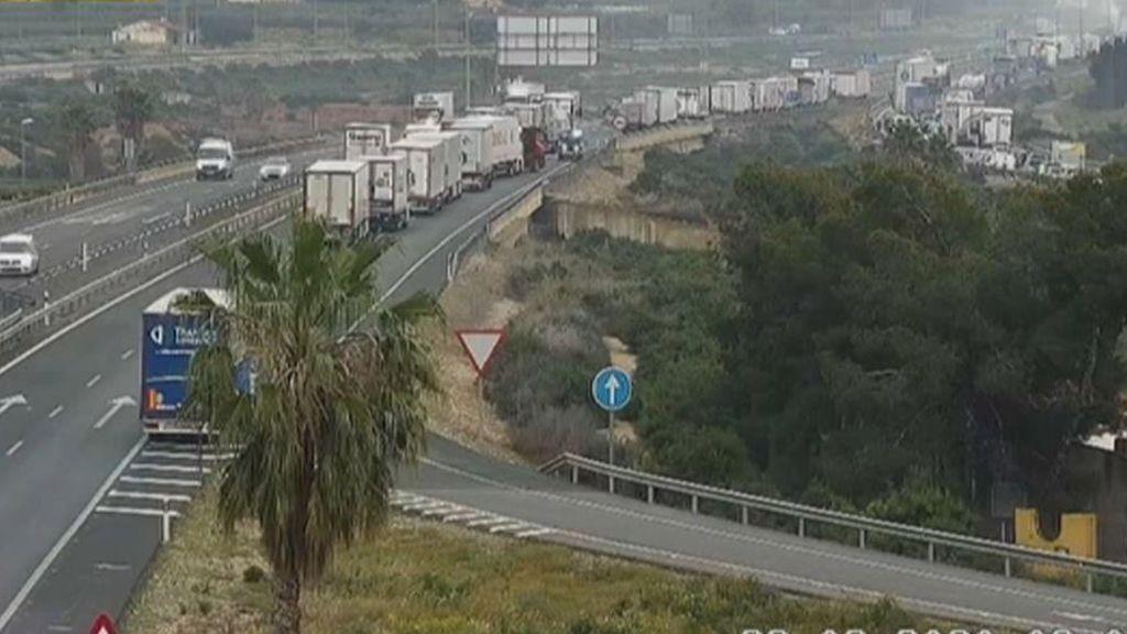 Tres fallecidos al chocar dos camiones y un turismo en Alicante