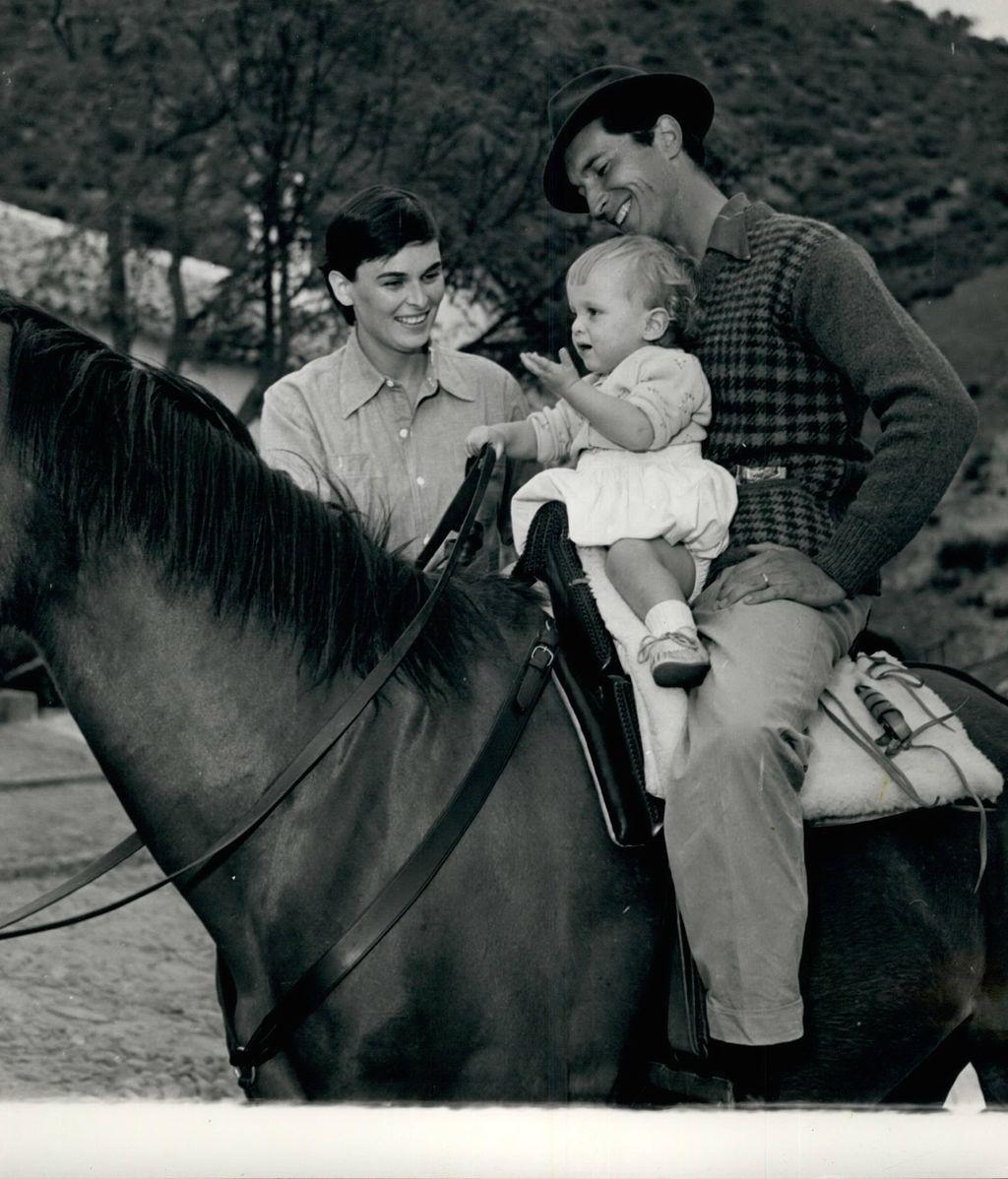 Luis Miguel Dominguín enseña a un Miguel Bosé de un año a montar a caballo