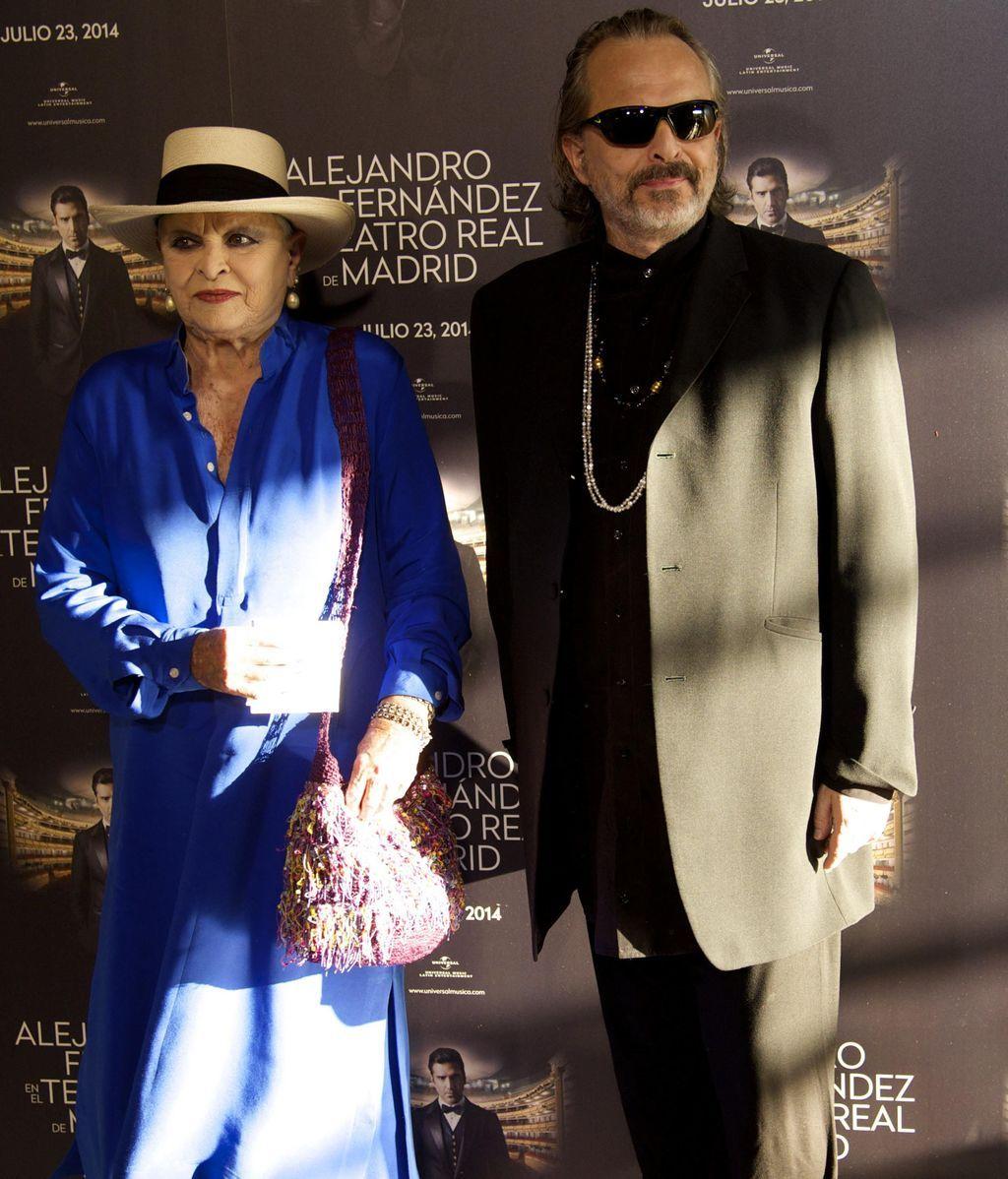 Lucía Bosé acompaña a su hijo Miguel a un concierto de Alejandro Fernández