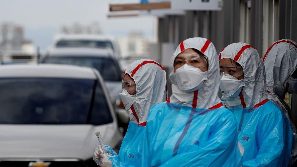 Un grupo de sanitarias realizan pruebas exprés del COVID-19 en una calle de China