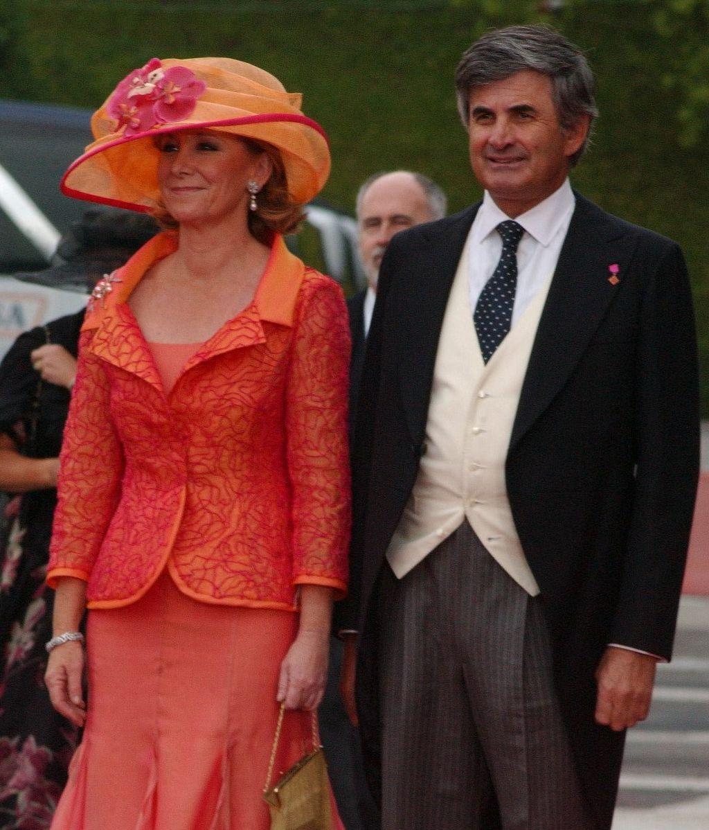 Esperanza Aguirre y su marido, en la boda de Felipe y Letizia