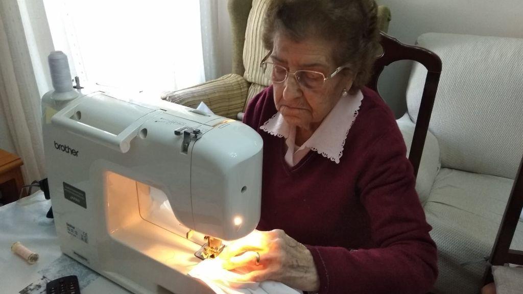 """Margarita, la abuela que hace 50 mascarillas al día: """"Mientras no me falten fuerzas, que no me falte tela"""""""