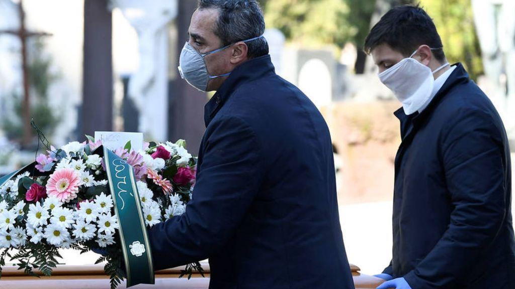 """Antonio, toda una vida en una funeraria: """"Hay aluvión de muertos, pero lo peor es no poder decir adiós"""""""